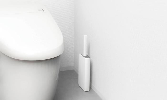 最後にご紹介するのは「スリムトイレブラシケース付き」です。この小ささと薄さ、すごいですよね。トイレの床にはできるだけモノを置きたくないもの。トイレブラシはできるだけ目立たないものがいいですよね。細めのブラシは掃除のしやすさも◎です♪