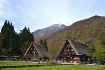 《菅沼集落》では、この画像のように「妻入り構造」です。 合掌造りの建築様式を眺めるのも、五箇山散策の面白さの一つ。
