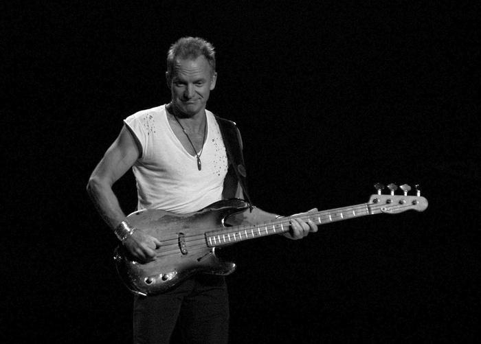 Stingはイギリス出身のミュージシャン。70年代~80年代にレゲエとロックを融合させたバンドThe Policeで活躍した後、ソロ活動へシフト。甘いハスキーな歌声で、レゲエを思わせるロックやポップな楽曲を生み出しています。ベースの名手としても知られ、ソウル、ラテンロックなど、さまざまなテイストの奏法を弾きこなします。さらに、元小学校教師という異色の経歴の持ち主でもあります。