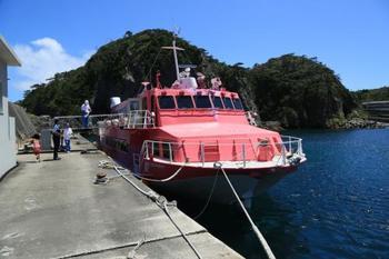 【どうやっていけばいいの…?】 主なアクセスは船になりそうです。 最短2時間半、もしくは船中泊ができる大型客船でいくこともできますよ!
