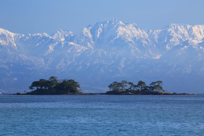 【虻が島】 富山県最大の無人島。 景勝地として名高い虻が島へは7月上旬~8月の中旬頃まで遊覧船が出るそうですよ。