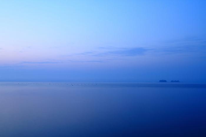 夜明け前の虻が島。 静かで仄明るく、そして少しひやりとした空気が想像できます。こうした自然の営みを見られるのも島の魅力の一つ。
