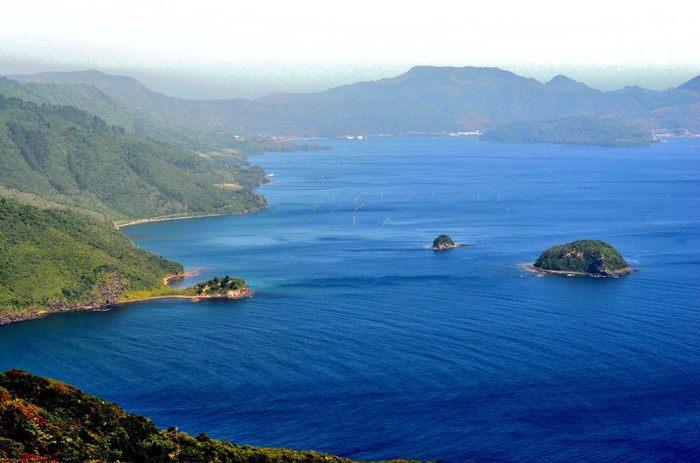 【隠岐】 島根半島の沖にあり、島前・島後にわかれています。 日本では15番目に大きな面積を誇り、縄文時代から人が住み着いていた形跡のある歴史ある島です。