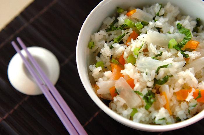 いつものご飯に根菜をプラスするだけ色鮮やかで栄養たっぷりのごはんに。葉も捨てずに混ぜ込みましょう!