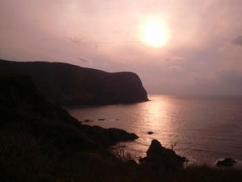 国賀海岸から眺める色鮮やかでノスタルジックな黄昏。 世界のすべてが愛しく感じるくらい美しい夕焼けです。