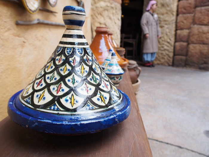 【タジン鍋って?】 モロッコに古くからある伝統鍋で、肉や野菜を蒸し煮する調理器具です。乾燥した砂漠地帯などでは貴重な水。タジン鍋はそんな地域の特性を活かし、少量の水分で調理ができるのが特徴です。