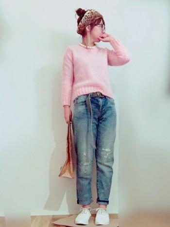 シンプルなピンクセーターと合わせて。パールネックレスが在ると無しでは全然違いますね。