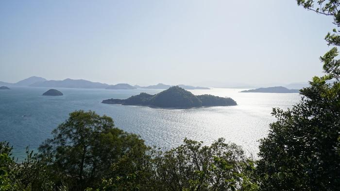 【大久野島】 こちらも現在は無人島。 そんな大久野島を遠目から。 あの小さな島には、いろんな歴史とうさぎが詰まっています。