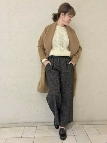 ケーブル編みの白ニットをヘンリーボーン柄のパンツにインしたトラッドなスタイル。足元はローファーでマニッシュな雰囲気に。