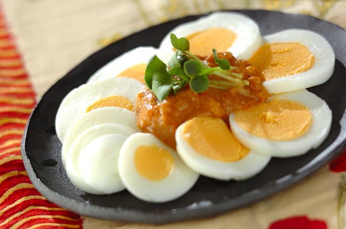 ゆで卵にひと味ひねったピーナッツみそをトッピング。いつものゆで卵が違うおいしさで楽しめます。温野菜に添えてもおいしいそうです。