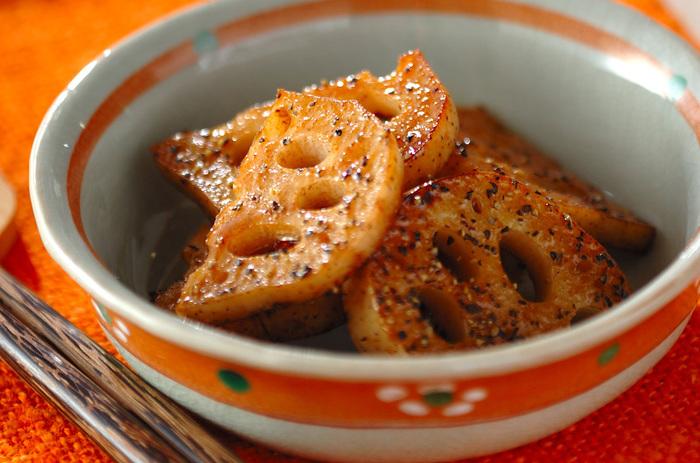 【レンコンのバターしょうゆ焼き】 シャキシャキ食感が美味しいレンコンを、バターしょうゆで炒めただけの簡単レシピ。お弁当にも、あと一品欲しい時も簡単なので覚えておくと便利なレシピです。