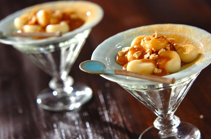 お豆腐を使ったお団子にピーナッツミルクのトッピング。なんともモダンな和風スイーツのできあがり。おしゃれなディナーのデザートにも。