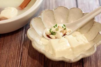 【とろける湯豆腐】 重曹を入れて作った、トロトロの特別な湯豆腐です。いつもの湯豆腐もこんなに簡単でとろけるので冬の寒い季節にオススメのレシピですよ。