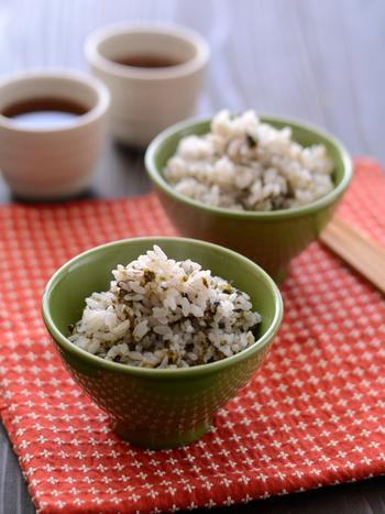 【のりごはん】 白いご飯に、焼き海苔とごま油を混ぜ込んだ簡単レシピ。おにぎりにしてもそのままでも美味しい、ごま油の香りが嬉しい簡単レシピ。