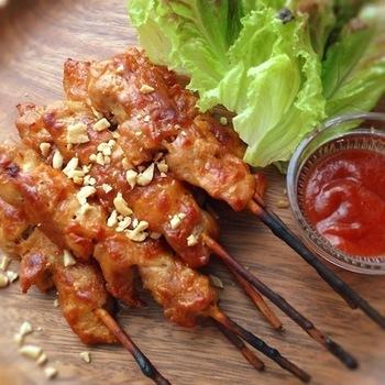 甘さを控えめにしたインドネシア料理サテのレシピです。辛いのが好きな方にはサンバル(チリソース)と一緒にどうぞ。おつまみにもなりますし、串刺しスタイルなのでパーティーにも◎。