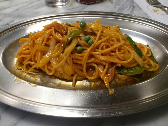 レトロなアルミプレートで提供されるナポリタンも人気。スタンダードなケチャップソースは、みんなが大好きな味。ちなみにメニュー名は「スパゲティ(イタリアン)」です。