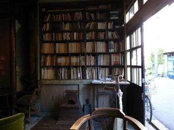 お店に入るとまず目に留まるの大きな本棚には、じっくり読みたくなるセンスのいいセレクト。丁寧に使われてきた古いテーブルや椅子、ひとつひとつこだわりを感じる家具たちにも心がやすらぎます。