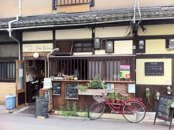 長屋の古民家をリノベーションしたどこか懐かしい表情のお店。