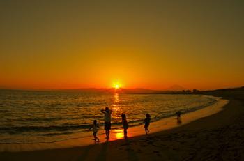 江ノ島を後ろに、富士山と間に位置する茅ヶ崎。サーフィンのメッカですが、沈む夕日が絶景です。鵠沼海岸から、ずーっと海沿いに続くサイクリングロードには、海を眺められるウッドデッキもいたるところに設置してあります。ゆっくり夕日を眺めるには穴場のスポットですよ。