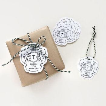EMBLEMタグ〈THANKYOU〉 紋章をモチーフにしたかっこいいデザインで、キツネとウサギがありがとうの気持ちを伝えるタグです。シンプルなラッピングによく合うモノトーンのクールな雰囲気。おうちにストックしておくと、ちょっとした贈り物のラッピングに便利なタグです。