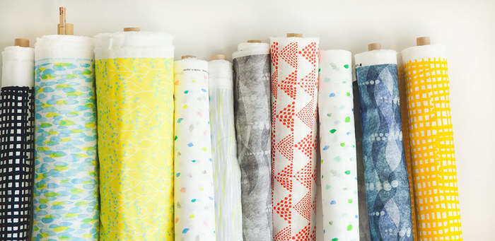 100%コットンの天然素材の布は、お子さんの物を作るのには嬉しいですね。グラフィカルな模様や楽しげなモチーフも魅力です。布だけの購入も可能ですし、ベビーグッズの手芸キットも便利です。