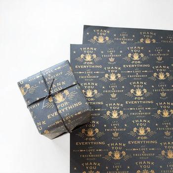 THANKYOUシリーズのラッピングペーパー。チャコールグレーの紙にゴールドのプリントが映える、大人っぽいデザイン。なにげないプレゼントでもワンランク上に見えますね。