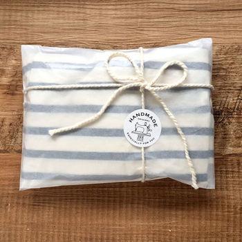 手作りの贈り物にぺたっと貼りたい、「HANDMADE」シール。透明な袋にはもちろん、クラフトの手提げ紙袋などに貼るのもオススメです。