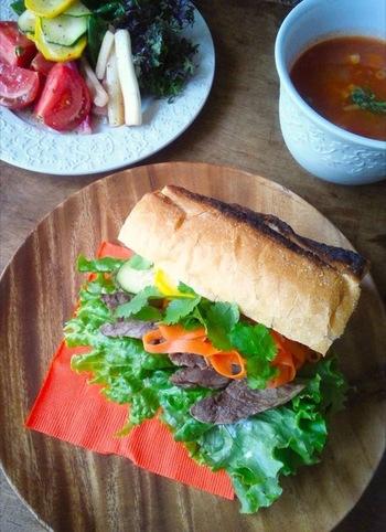 ■ベトナムのサンドイッチ「バインミー」 バゲットに野菜、ハーブ、お肉を挟み、ナンプラーをかけたエスニックなサンドイッチ。ベトナムにおける、フランス統治時代の食文化の名残ともいえる料理です。