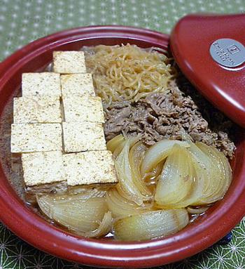 先にお肉を煮込んで旨みを引出しておけば、あとは残りの材料を入れて一気に仕上げ。具材の中までしっかり味がしみ込んだ肉豆腐が、簡単に作れます♪