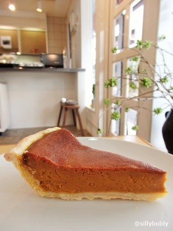 パンプキンパイ、アップルパイ、チェリーパイ、シフォンケーキなど、見た目はどっしりとした素朴なビジュアルのケーキ。一口食べると、素材の味を生かした繊細な味にすっかりファンなってしまいます。4~5日、日持ちするので、テイクアウトで楽しんで♪