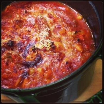 カスレとは、フランス南西部の有名な地方料理です。白インゲン豆とお肉をぐつぐつと煮込み、グースファットと呼ばれる鴨の脂を入れてオーブンで焼き上げるというお料理です。ちなみにカソールと呼ばれる深い鍋の名前に由来します。