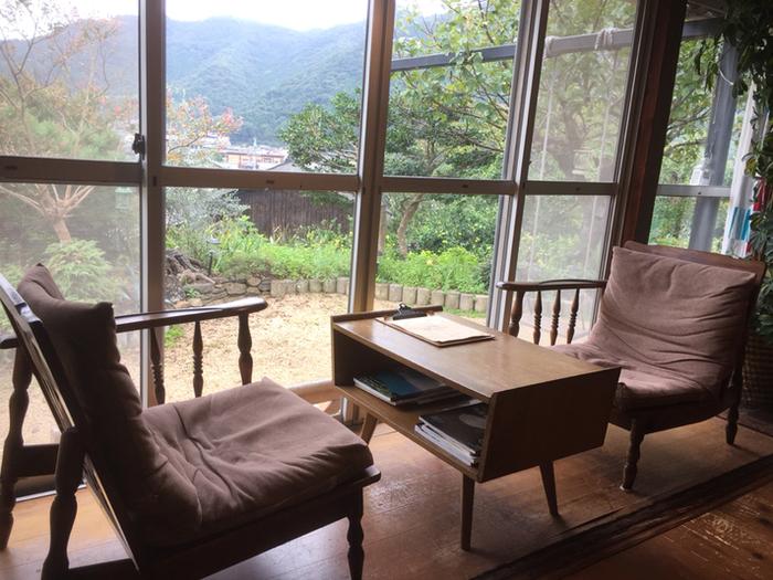 古民家を再生されたという店内は、ナチュラルな木の机や椅子、棚などで統一感があり、落ち着いた雰囲気ですね。