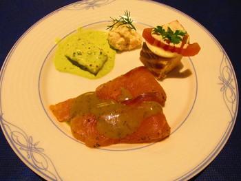 ミートボール、サーモン、チーズなど60種類以上の料理がブッフェに並びます。