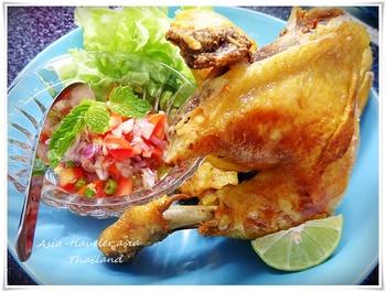 ■やみつきフライドチキン!スパイシーなアヤムゴレン 外はカリカリ、中はジューシーな鶏の唐揚げ。インドネシアに行けばどこにでもある人気のフードです。