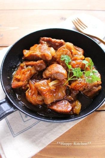 固くなりがちな塊肉を柔らかく煮るためのレシピ。その秘訣はお肉を麺棒で叩くこと、そしてヨーグルトに漬けこむこと!乳酸菌効果でタンパク質を分解し、柔らかく仕上がります。