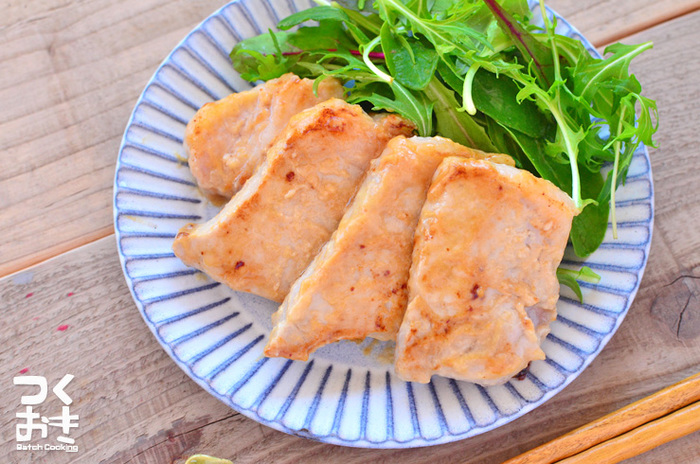 豚肉の味噌漬けをアレンジして、豚ロースの西京焼きはいかがでしょう?白味噌を使うだけで、味も見た目もどこか贅沢な雰囲気に。味噌に漬けた状態で3日ほど保存可能なので、休日の内に仕込んでおくのがおすすめ。メイン料理が5分でできちゃいます。