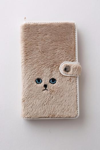 毛足の長い生地に動物の顔が刺繍されたスマホケースは、ケオラの人気アイテムです。ちょっとふてぶてしい感じの表情は、まさにネコの目線。まるでそこに居るみたいに思えてきます。