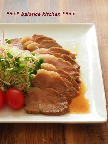 12分チンして数分置いておくだけで、おかずにしても良し、ラーメンにのせても良しの美味しいチャーシューの出来上がり!使うお肉は肩ロースか、ももの塊肉がおすすめです。