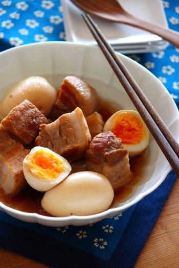 豚の塊肉を存分に味わえる料理なら、やはり角煮がおすすめです。圧力鍋が無いなら、普通の鍋でも柔らかくしっとりと仕上がるこちらのレシピを参考にしてみましょう。