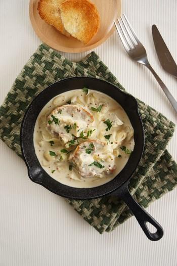 ポークソテーにもう一手間。生クリームと粒マスタードを使って、マスタードクリーム煮込みはいかが?野菜やブイヨンの旨味たっぷりのソースは、ぜひパンと一緒に余さず味わって!