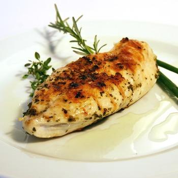 お肉の中でもヘルシーな鶏肉はデリ風サラダにもオススメです。カリカリに焼いた鳥肉も良し、蒸し鶏などでサッパリ仕上げるも良しです。