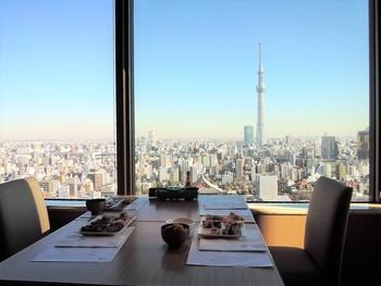 浅草ビューホテルの26階にオープンする「武藏」では、スカイツリーの景色を眺めながらブッフェを楽しめます。