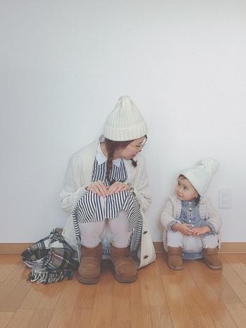 『ニット帽×ムートンブーツ』をリンクさせたコーデです。ホワイトカラーで全体をまとめて冬らしいほっこりとした雰囲気たっぷりですね。