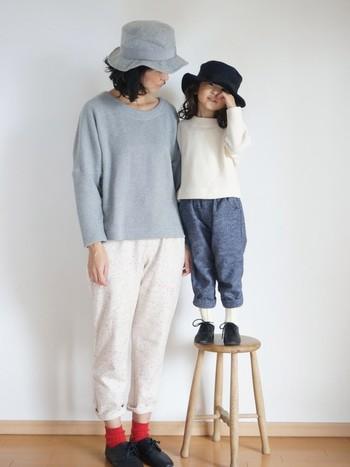 『ハット』と『セーター』でアイテムをリンクさせた色違いコーデです。パンスの裾のロールアップなど、着こなしや色のトーンも合わせているので、さり気ない統一感があります。