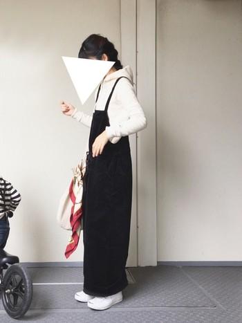 子どもっぽくなりがちなサロペットも、引き締めカラーのブラックを選べばきれい目のスタイルに。