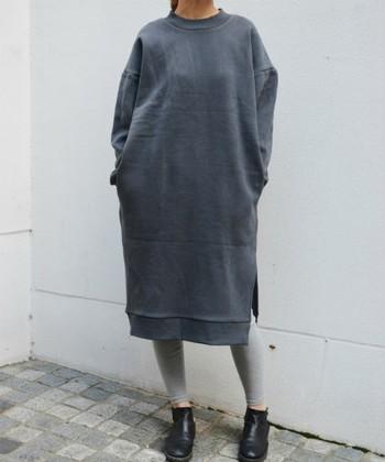 ざっくりと着られるゆったりスウェットワンピには、ピッタリとしたレギンスが好相性♪