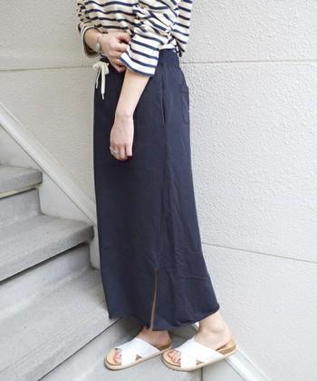 マキシ丈のスウェットスカートは年中活躍してくれる万能アイテム。 夏はさらりとサンダルでお出かけ♪
