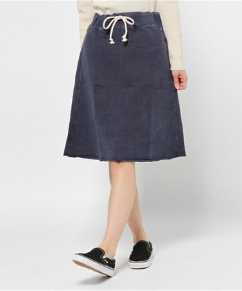 上品カジュアルな膝丈のフレアスカートは、大人の女性にピッタリのスタイル。 ネックレスをプラスするとよそ行きにもOKです。