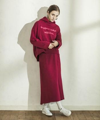 秋冬に陥りがちなダークコーデ。 こんなきれいめカラーのスカートならとっても明るい印象♪ 新鮮な着こなしです。