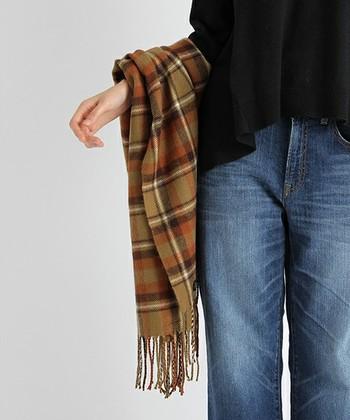 シンプルな着こなしをランクアップさせてくれるストールは、秋冬のおしゃれのマストアイテム。